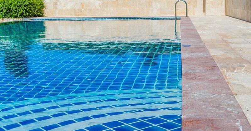 liquido para limpiar gresite piscina