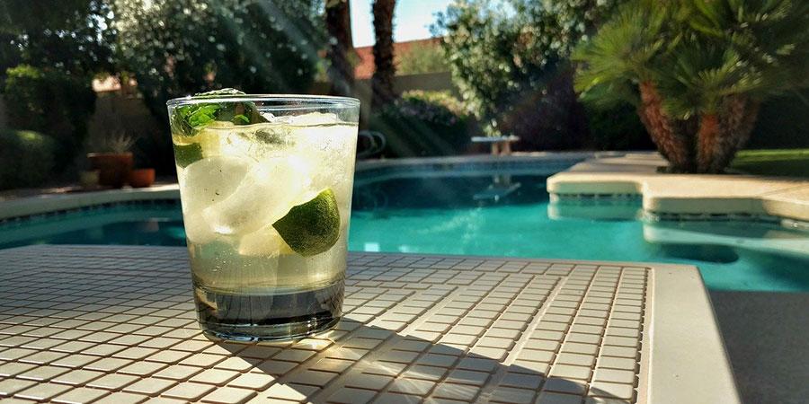 como quitar el verde de las paredes de la piscina